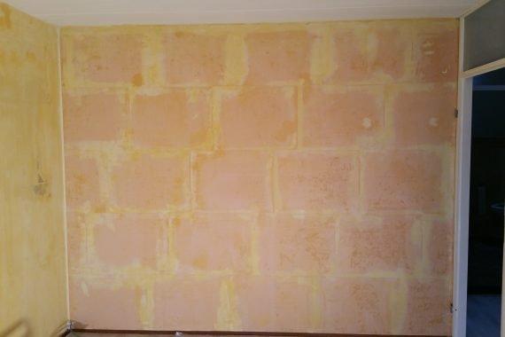 Wanden gefixeerd en uitgevlakt voor spuiten met latex