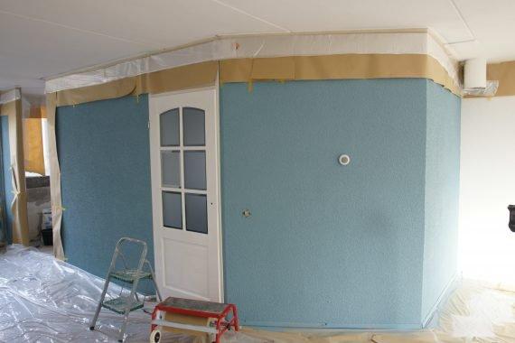 Voorbereiding nieuw gespoten wanden afdekken voor latex spuiten van het plafond