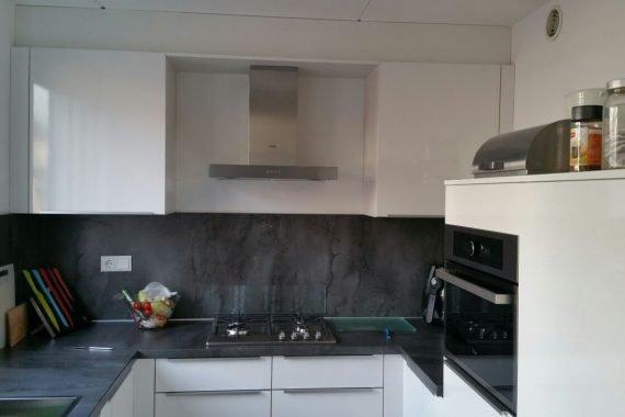 na het spuiten van nieuw gestucte wanden en plafond is de keuken geplaatst