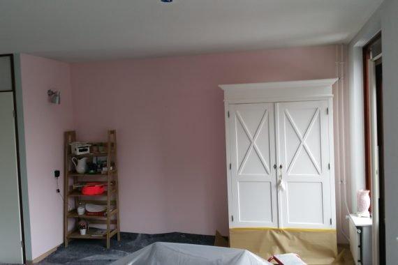 Afdekken voor latex spuiten in gemeubileerde woonkamer