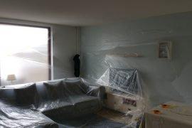 Latex spuiten plafonds gemeubileerde woonkamer