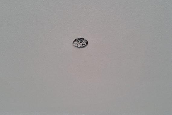 Egale dekking door latex spuiten, verkleuringen in het plafond zijn volledig weg