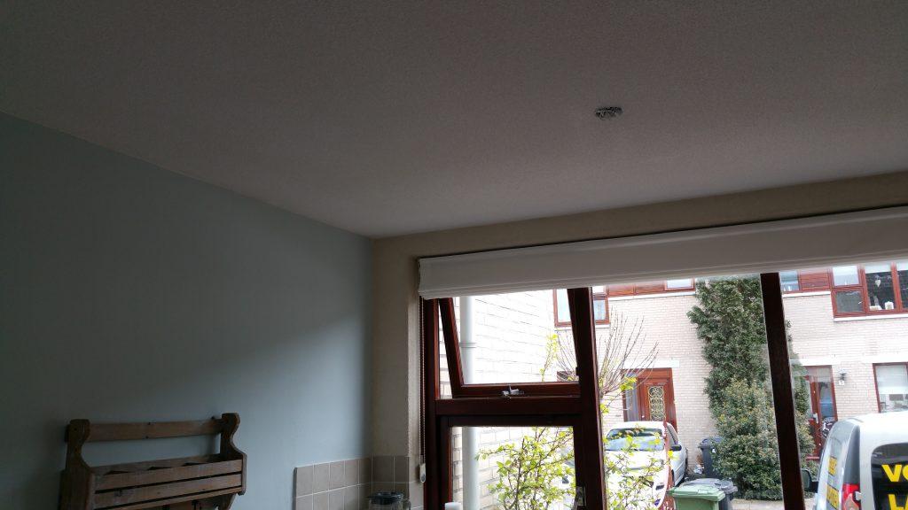 Latex spuiten plafond gemeubileerde woonkamer door Voordelig Latex ...