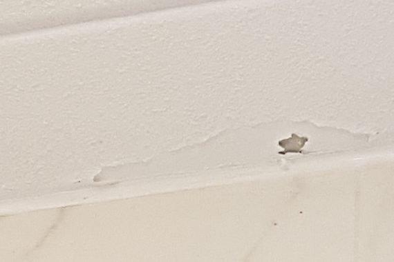 Voor herstellen badkamer plafond en latex spuiten