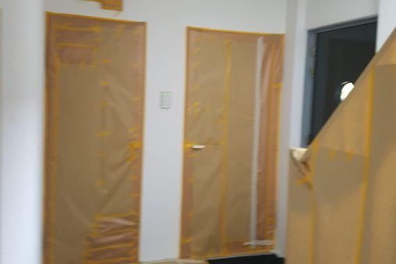 Afdekken van deuren en vloeren voor latex spuiten