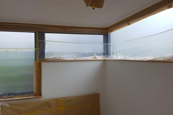 Afdekken vloeren en ramen voor latex spuiten