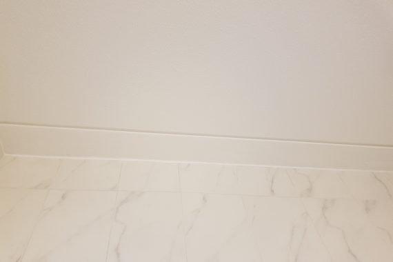 Na herstellen badkamer plafond en latex spuiten