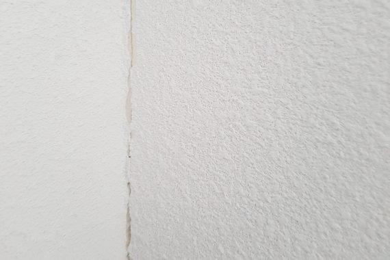 Wanden voor herstellen van scheuren en latex spuiten