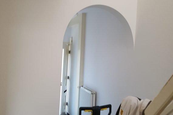 Wanden entree en trappenhuis na latex spuiten