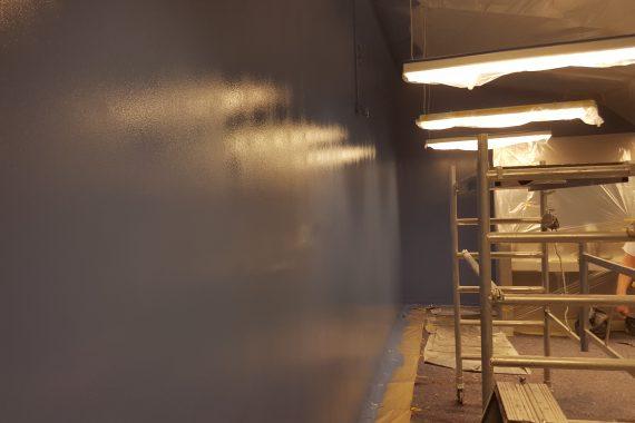 Wanden kleedkamers na het latexspuiten