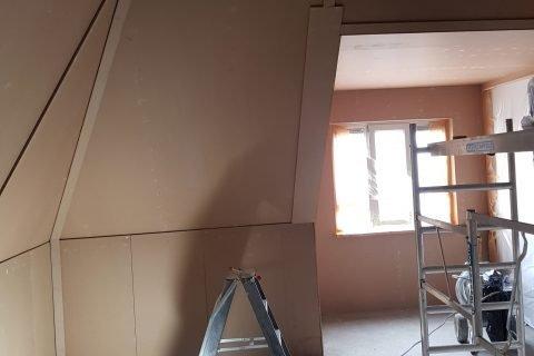 Latex spuiten van zolders en dak beplating