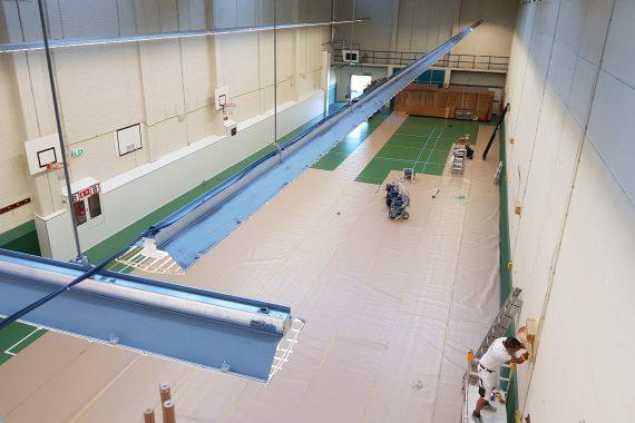 Gymzaal voor het latex spuiten van muurverf