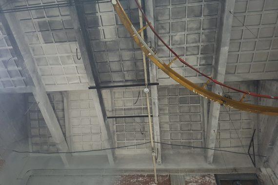 Plafonds met brand en roetschade voor het spuiten van latex muurverf