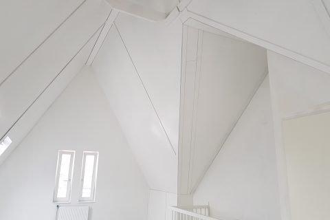 Latex spuiten van nieuwbouw zolders en dak beplating