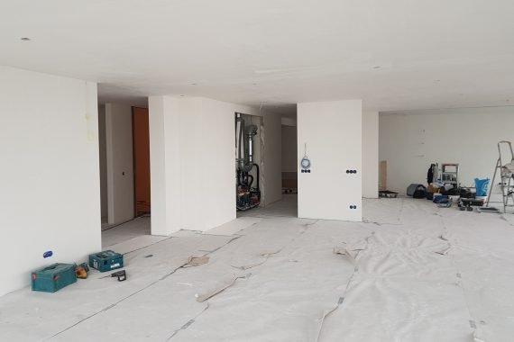 Muren na stucwerk en voor latex spuiten