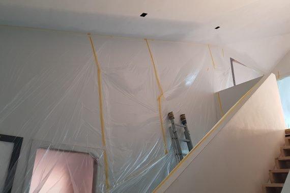 Wanden sealen voor het latex spuiten van de plafonds