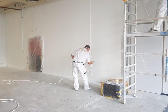 Wanden en muren tijdens latex spuiten