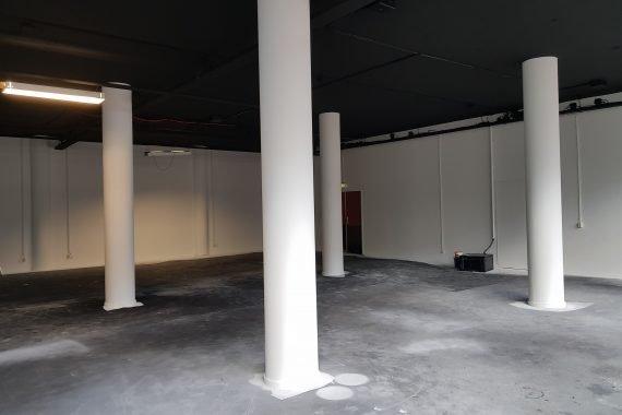 Plafonds na het spuiten van zwarte latex