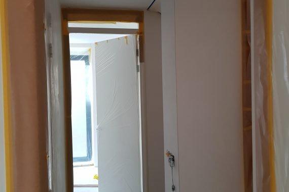 Muren en plafond voor het latex spuiten