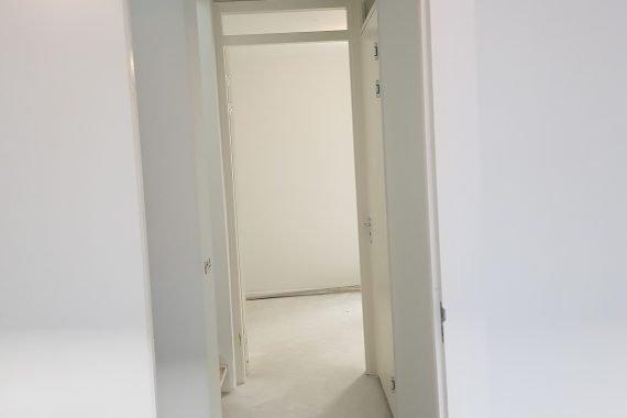 Muren en plafond na het latex spuiten