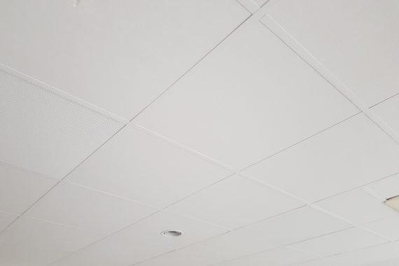 Oude systeemplafond na het opknappen door Voordelig Latex Spuiten