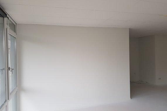 Muren en plafond na het aanbrengen van latexspuitwerk door Voordeliglatexspuiten