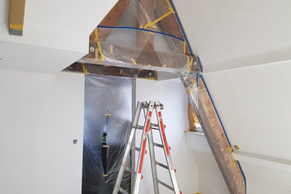Afplakken/maskeren van balken plafonds voor het spuiten van latex