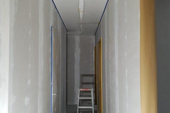 Gipsplaten muren in de hal voor het latex spuiten
