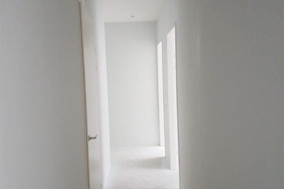Gipsplaten muren in de hal na het latex spuiten door Voordelig Latex Spuiten