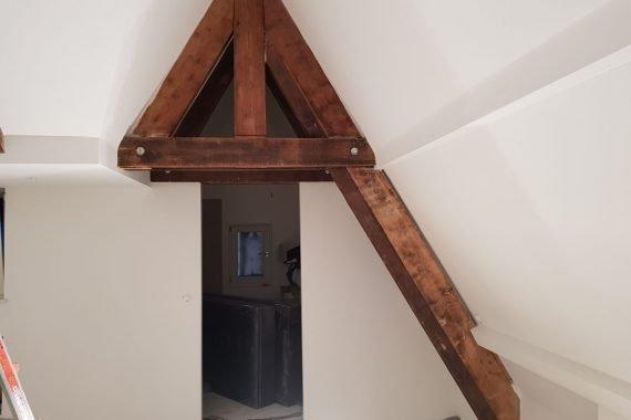 Latex gespoten wanden en plafonds met houten balken