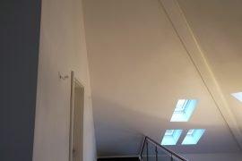 Wanden en plafond na het latex spuiten en uitvullen van krimpscheuren