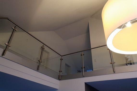 Plafond na restauratie van krimpscheuren en latex spuiten