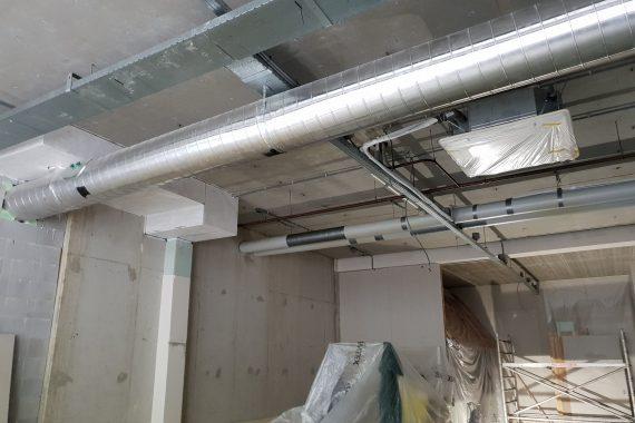 Industrieel plafond voor latexspuitwerk van plafond, leidingen en kabelgoten