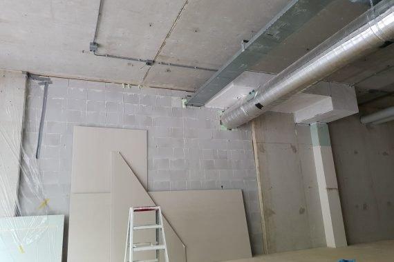 Industrieel plafond voor het latex spuiten