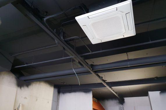 Industrieel plafond na het latexspuitwerk van plafond, leidingen en kabelgoten