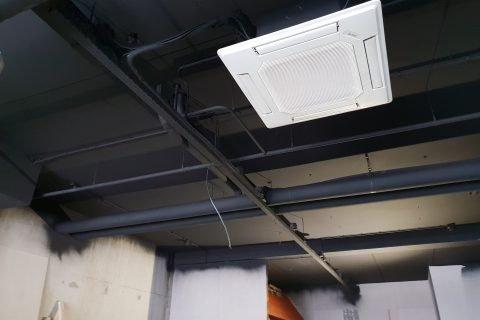 Latexspuitwerk industriële plafonds mat zwart