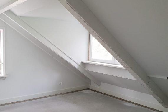 Kamer na het latex spuiten van wand en plafond