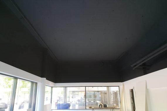 Zeer matte uitsraling van de plafonds na het Airless latex spuiten in mat zwart