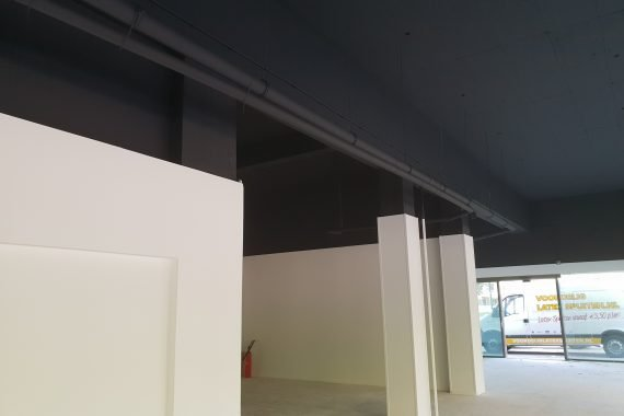 Wanden en plafonds net voorzien van industrieel latex spuitwerk