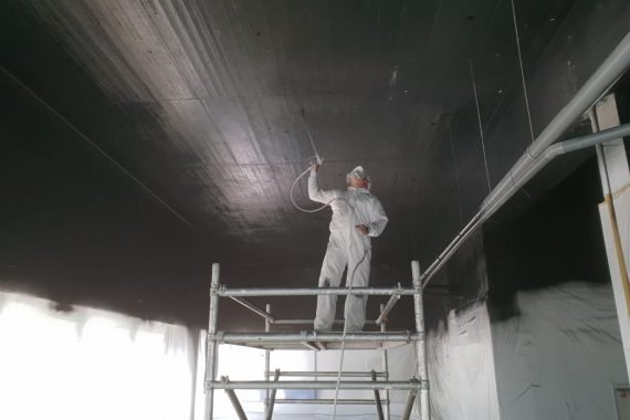De latexspuiter van Voordelig Latex Spuiten in actie, Airless spuiten van de plafonds