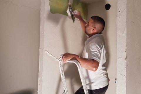 Stucwerk van wanden en plafonds door stucadoors van Voordelig Latex Spuiten