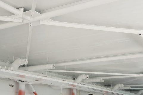Latex spuiten van plafonds voor een industriële uitstraling bedrijfspand