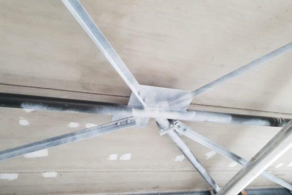 Stalen binten aan het dak eerst voorzien van primer voor het latex spuiten hiervan