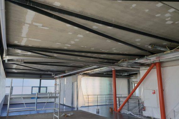 Betonnen plafonds bedrijfspand voor het Airless latex spuiten