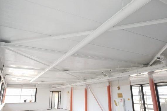 Betonnen plafonds bedrijfspand na het Airless latex spuiten