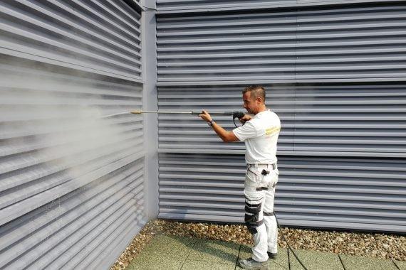 Voor het aanbrengen van een coating de gevel eerst goed reinigen en vetvrij maken met een stoomcleaner