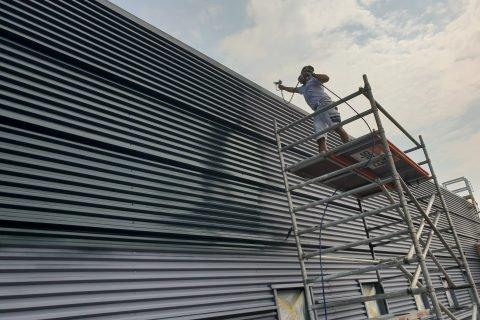 Airless spuiten, coaten van damwandprofielen en gevelbeplating bedrijfspanden