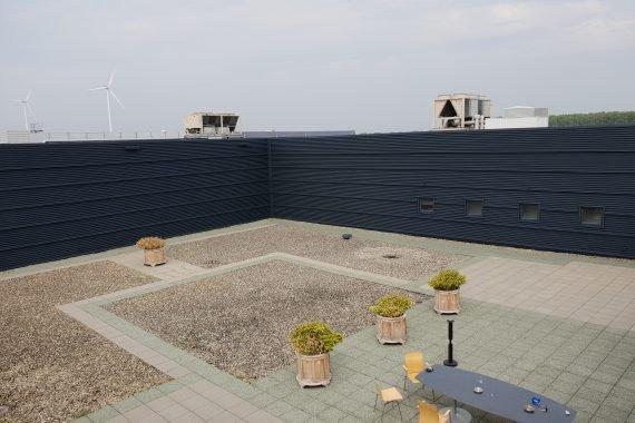 Damwand gevelbeplating na het Airless aanbrengen van een gevelcoating door Voordeliglatexspuiten.nl